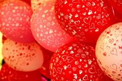 Rote und weiße Ballons mit Herzdruck Lizenzfreie Stockbilder