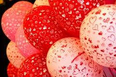 Rote und weiße Ballons mit Herzdruck Stockbilder