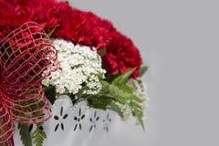 Rote und weiße Blumen-Anordnung für Valentinsgruß Stockbild
