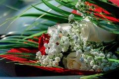 Rote und weiße Blumen des Blumenstraußes lizenzfreie stockfotografie