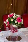 Rote und weiße Blumen schauen ehrfürchtig Lizenzfreie Stockfotos