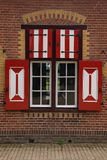 Rote und weiße Dekorationen auf den Türen und den Fensterfensterläden von De Haar Castle Lizenzfreie Stockfotografie