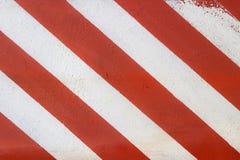 Rote und weiße Fahrbahnmarkierung Stockfotos