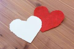 Rote und weiße heftige Papierherzen, Valentinsgrüße, auf einem hölzernen Hintergrund Lizenzfreie Stockbilder