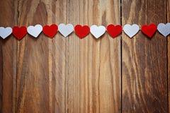 Rote und weiße Ppaper-Herzen auf der Wäscheleine an Lizenzfreie Stockbilder