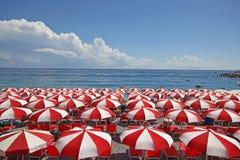 Rote und weiße Regenschirme Stockbild