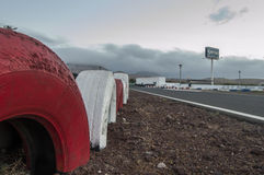 Rote und weiße Reifenwand an der Rennstrecke Stockbild