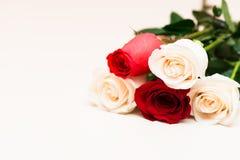 Rote und weiße Rosen auf einem hellen hölzernen Hintergrund Tag Women s, Lizenzfreie Stockfotos
