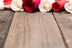 Rote und weiße Rosen auf hölzernem Hintergrund Tag Women s, Valentin Lizenzfreie Stockbilder
