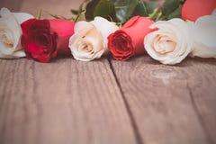 Rote und weiße Rosen auf hölzernem Hintergrund Tag Women s, Valentin Stockfotografie