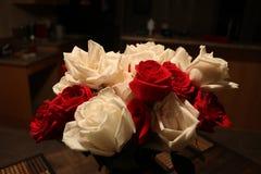 Rote und weiße Rosen-Blumenstrauß in einem Ausgangsinnenraum Lizenzfreies Stockfoto