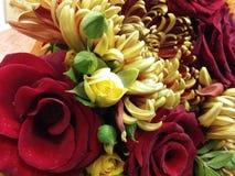 Rote und weiße Rosen im schönen bouqette Stockfoto