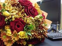 Rote und weiße Rosen im schönen bouqette Stockfotografie