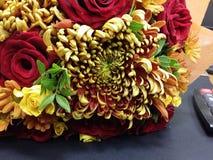 Rote und weiße Rosen im schönen bouqette Stockbilder