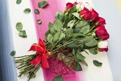 Rote und weiße Rosen legen flach auf gemalten hölzernen Hintergrund Lizenzfreie Stockfotografie