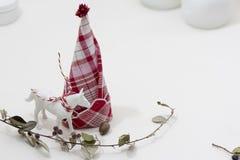 Rote und weiße Serviette faltete sich und bildete einen Weihnachtsbaum Stockbilder