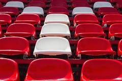 Rote und weiße Sitze stockfotografie