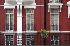 Rote und weiße Stadtwohnungs-Wohnungen Lizenzfreies Stockbild