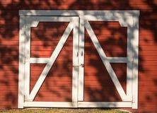 Rote und weiße Stall-Türen Lizenzfreies Stockbild