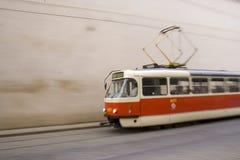Rote und weiße Straßenbahn in Prag I stockfoto