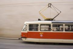 Rote und weiße Straßenbahn in Prag II Stockfotos