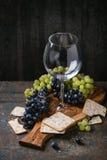 Rote und weiße Trauben mit Crackern Stockfotos