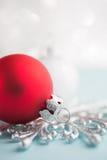 Rote und weiße Weihnachtsverzierungen auf Funkeln bokeh Hintergrund Stockfotografie