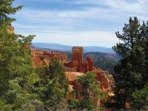 Rote Unglücksboten, Klippen und Immergrün-Bäume nahe Bryce Canyon Utah lizenzfreies stockbild