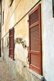 Rote varano borghi Palast-Italien-Vorhänge im konkreten bri Stockfotos