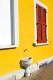 Rote varano borghi sonniger Tageshölzerne Jalousien im Betrug Lizenzfreie Stockfotografie