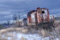 Rote verlassene Zuglokomotive im Winter mit Schnee stockfotografie