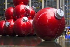 Rote Verzierungen in der Stadt Lizenzfreies Stockfoto