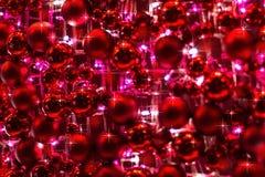 Rote Verzierungen und Lichter für Weihnachtsdekoration lizenzfreie stockfotos