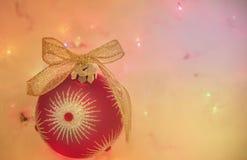 Rote Verzierungs- und Goldbogengeschenkkarte stockfoto