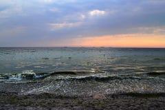 Rote vibrierende Farben Schöner Wolkenhimmel, -strand und -meer Stockfotos