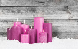 Rote Violet Lighted Candles auf Schnee Stockfotografie