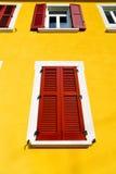 rote Vorhänge Fenster varano Zusammenfassung sonniger Tagesin conc Stockfoto