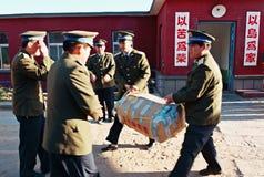 Rote VorpostenRadarstationstür, Logistikkleidungsführung sprechen feuchtigkeitsfeste Versorgungen mit Inseloffizieren und -soldat stockfotografie