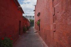 Rote Wände in einem Kloster Stockbild