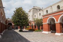 Rote Wände in einem Kloster Lizenzfreie Stockbilder
