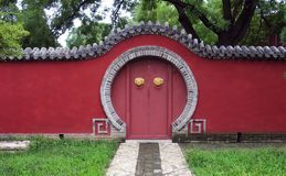 Rote Wände und Tür Stockfotos