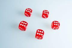 Rote Würfel auf dem Glas Fünf Würfel mit dem Wert von ` sechs ` stockfotografie