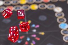 Rote Würfel auf dunklem Hintergrund, Konzept des Risikos, dem Spielen und Möglichkeit Lizenzfreie Stockbilder