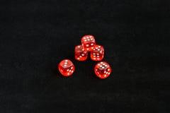 Rote Würfel auf schwarzem Hintergrund lizenzfreie stockfotos