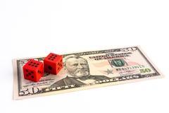 Rote Würfel auf 50 US-Dollar Rechnung stockbild
