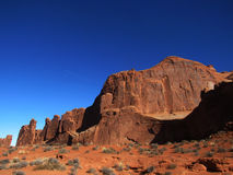 Rote Wüste auf blauen Himmeln stockfotografie