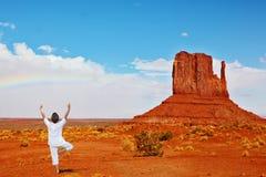 Rote Wüste und Frau im Weiß Stockbild