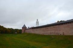 Rote Wand des Kremls mit einem Eckturm nahe bei einer Burggrabenabdeckung lizenzfreie stockbilder