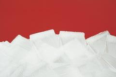 Rote Wand gemalt im Weiß mit Lackrolle lizenzfreie stockbilder