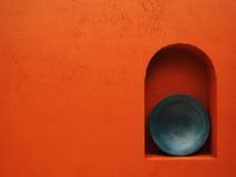 Rote Wand mit blauer Platte Lizenzfreie Stockfotos